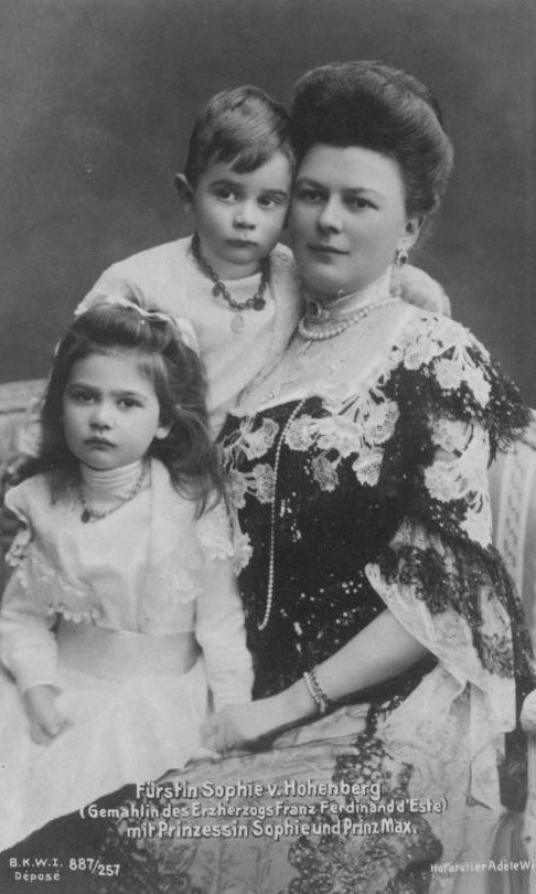 1902-1904 Sophie Chotek with her children detint