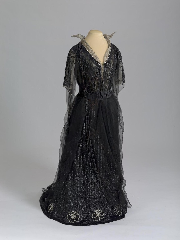 1909-1911 Evening dress of Dowager Empress Maria Feodorovna by Morin-Blossier (location ?) From lookingbackatfashionhistory.tumblr.com