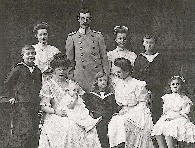 1907-1908 Amalie with her husband and children (the youngest daughter still without Mechtild) From erzsebet-kiralyne.blog.cz:0901:dcera-karla-theodora-amalie