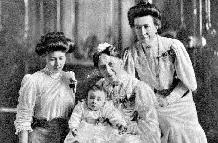 ca. 1906 Grand Duchess Luise of Baden holding her great-grandson, Prince Gustav Adolf of Sweden. To right, her daughter Queen Victoria of Sweden, to left Princess Margaret of Connaught From royalbooks.se:produkt:13:22007.html