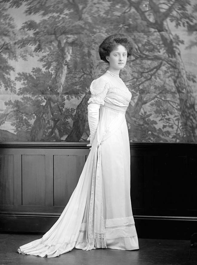 ca. 1910 Countess L. A. Bernstorff by Harris & Ewing From old-picture.com:american-legacy:005:Bernstorff-Countess-LA.htm detint